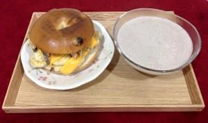 紅豆燕麥牛乳飲 藍莓有機貝果加薑汁鮪魚、起司及香蕉